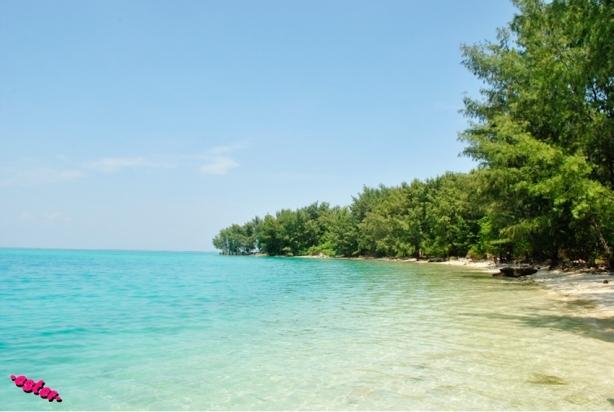 Pantai yang tenang, nyaris tanpa ombak..