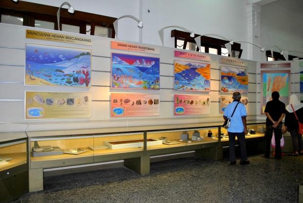 Display barang-barang di kaca, lengkap dengan penjelasannya dan behind the story-nya pada dinding